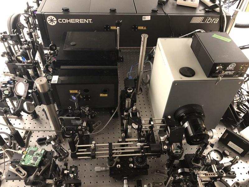 Figure 1. Le système de photographie ultrarapide compressée fait l'acquisition de 10 billions d'images par seconde. (Groupe CNW/Institut National de la recherche scientifique (INRS))