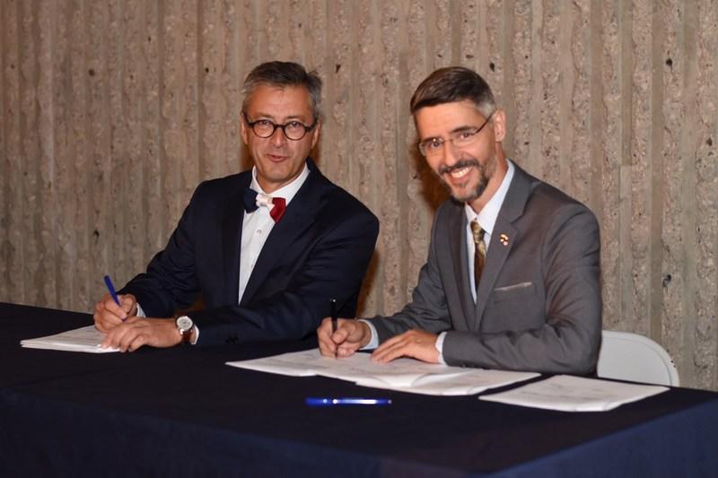 On aperçoit ici le président de l'Ordre des chiropraticiens du Québec, le Dr Jean-François Henry, chiropraticien, et le président de l'Association française de chiropraxie de la France, M. Phillipe Fleuriau, chiropracteur, lors de la signature de l'Engagement à conclure un Arrangement en vue de la reconnaissance mutuelle des qualifications professionnelles dans le domaine de la chiropratique. (Groupe CNW/ORDRE DES CHIROPRATICIENS DU QUÉBEC)