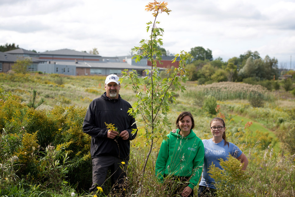 Green Leader Andrew MacMillan with Forests Ontario Staff Augusta Lipscombe and MJ Kettleborough. (CNW Group/Forests Ontario)