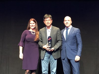 "Wangcheng Jiang, President of Huawei IoT Solution, receives the award of ""Business Transformation"""