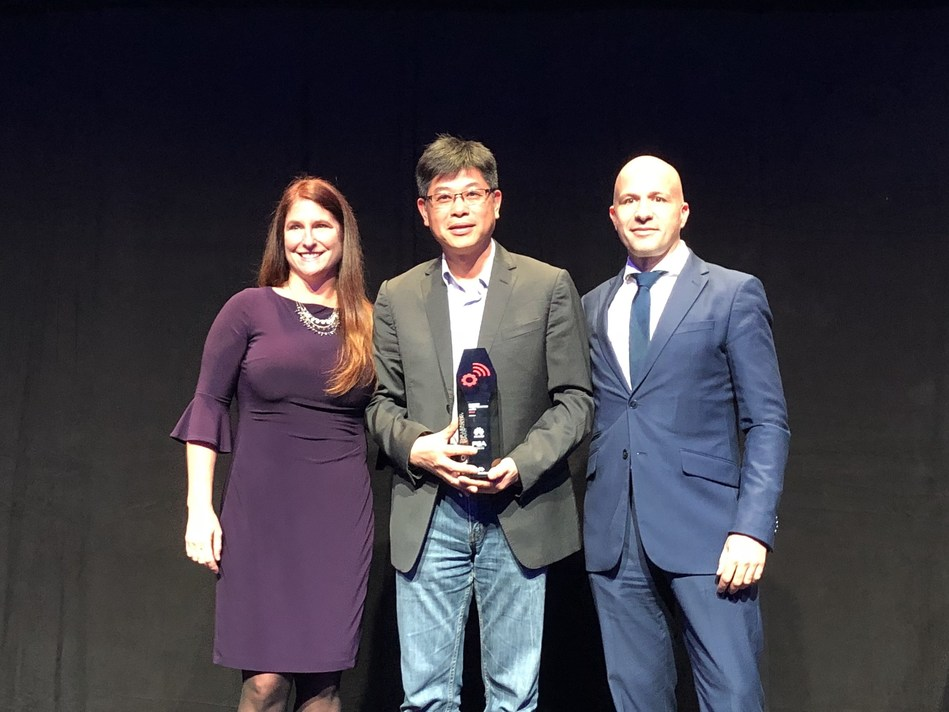"Wangcheng Jiang, President of Huawei IoT Solution, receives the award of ""Business Transformation"""