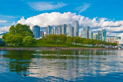 Vue panoramique sur l'horizon et la digue de Vancouver (Groupe CNW/WOW air)