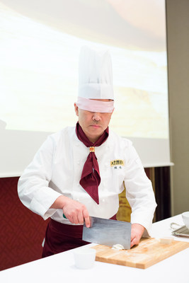 Chef Chen Wei, Master Chef in Henan cuisine, performs blindfolded Wensi tofu cutting, showcasing his exquisite cutting skills