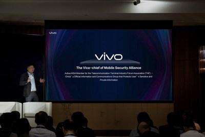 Zhou Wei se apresenta no palco da Cúpula 4G/5G da Qualcomm (PRNewsfoto/Vivo)
