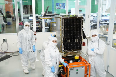 SkySats 14 and 15 in SSL's SmallSats manufacturing facility (CNW Group/Maxar Technologies Ltd.)