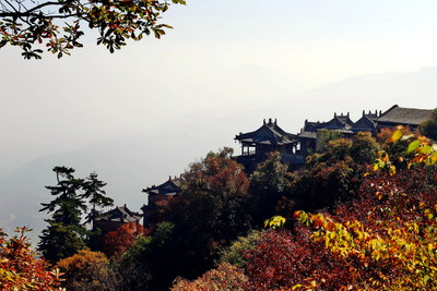 The Kongtong Mountains, a top national scenic spot, is dressed in all shades of colors in autumn.