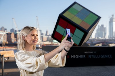 A giant AI-powered Rubik's Cube was unveiled by Huawei on London's South Bank to celebrate the launch of the new Mate 20 Pro – the world's first dual-AI powered smartphone. Georgia Toffolo joined members of the public who worked together with the Artificial Intelligence inside the new Huawei Mate 20 Pro to solve the Cube (PRNewsfoto/Huawai)