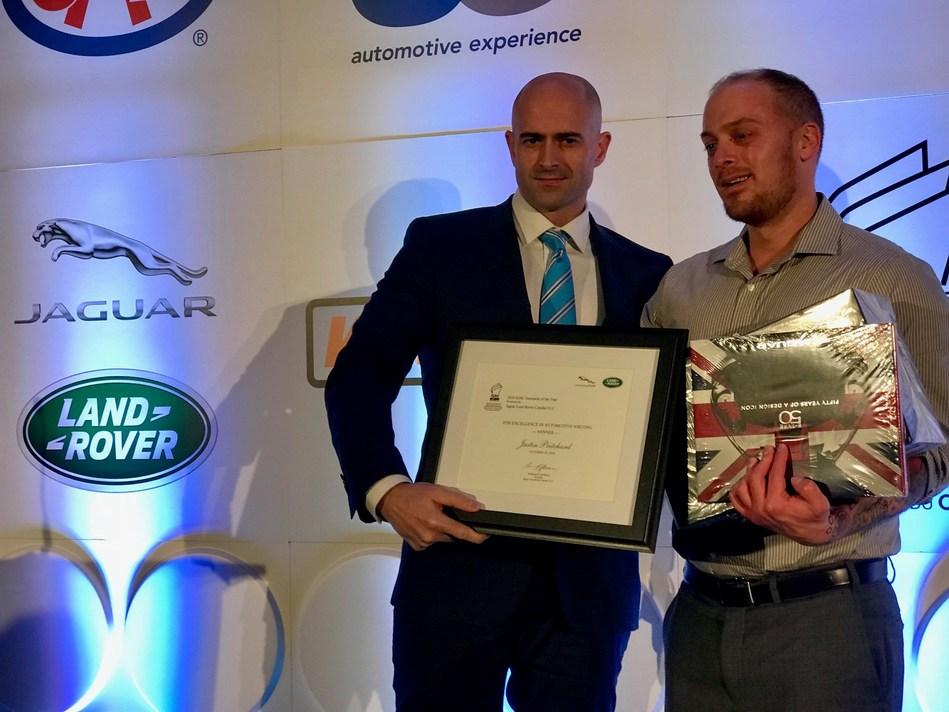 John Lindo, représentant pour Jaguar Land Rover (à g.) remet le prix du Journaliste de l'année de l'AJAC au journaliste Justin Pritchard (à d.). Photo : John Walker/AJAC (Groupe CNW/Association des Journalistes Automobile du Canada)