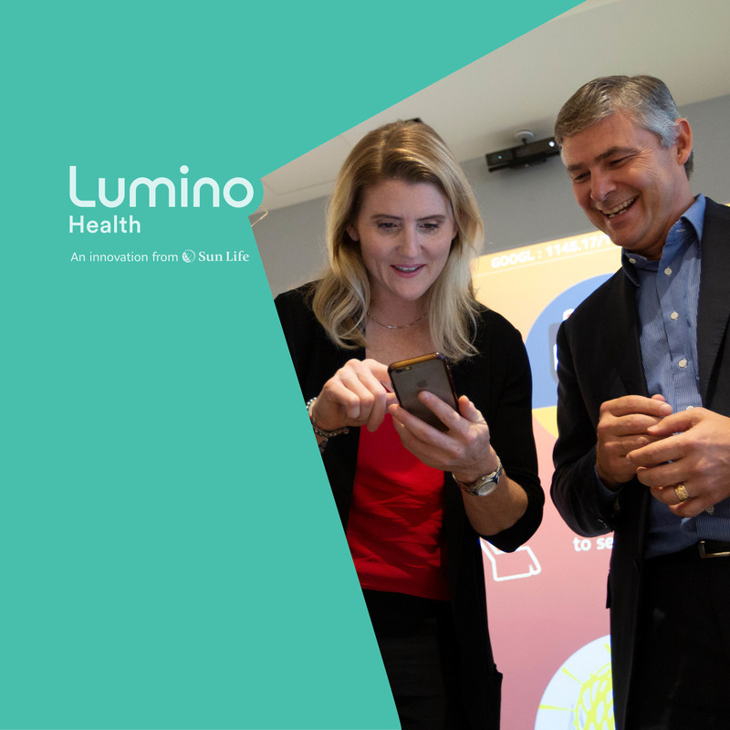 Chris Denys of Sun Life and Olympian Hayley Wickenheiser search for a new dentist in seconds on Lumino Health, Canada's premier digital health network (CNW Group/Sun Life Financial Inc.)