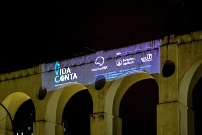"""Arcos da Lapa, no Rio de Janeiro (RJ) tiveram a luz apagada e a projeção da campanha """"A Vida Conta – Cada minuto faz diferença""""."""