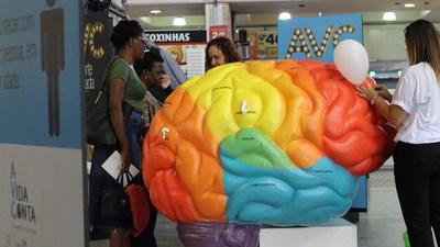 Cérebro gigante na Central do Brasil, no Rio de Janeiro (RJ), alerta para o AVC. Crédito da foto: Du Machado