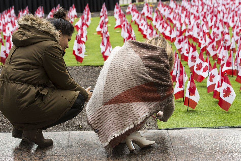 Each year, approximately 11,800 Canadian flags are planted on the front lawn of Manulife's global headquarters to honour more than 118,000 members of the Canadian Armed Forces who have fallen in service from the days of the South African War to the Afghanistan mission, as well as peacekeeping missions. (CNW Group/Manulife Financial Corporation)