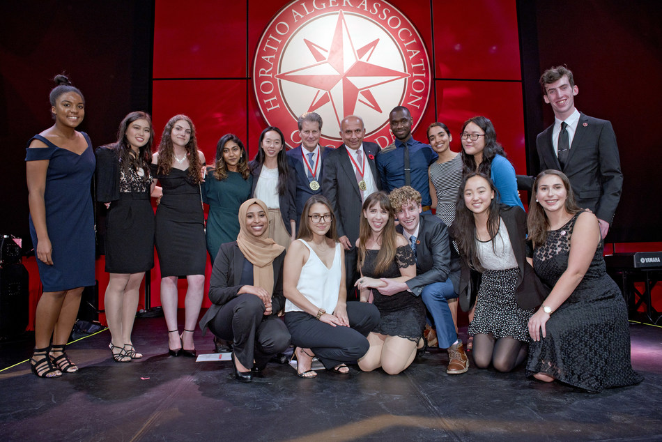 2019 International Horatio Alger Award recipient Jay S. Hennick (middle, left) and Horatio Alger Association of Canada president Prem Watsa (middle, right) with Horatio Alger Scholars at the 2018 Excellence Gala (CNW Group/Horatio Alger Association of Canada)