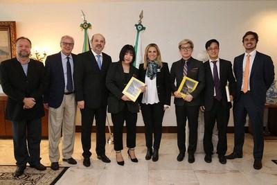 Encuentro con Cida Borghetti, gobernadora de Paraná (quinta desde la izquierda) y João Carlos Barbiero, secretario de estado para Deportes y Turismo de Paraná (tercero desde la izquierda) (PRNewsfoto/Explosion Studio)