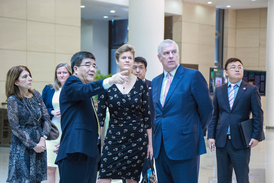 Dean Wen Hai introduces PHBS building to HRH The Duke of York
