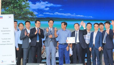 Representatives of KT Corp. and the Philippines government are photographed after a ceremony marking the reopening of Boracay on October 26 at Cagban Port. They include Kim Sung-In (seventh from left), Senior Vice President of KT's Global Business Group, and Roy Cimatu (sixth from left), Philippines Secretary of Environment and Natural Resources.