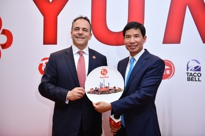 Governor Bevin and Dr. Hu, Chairman of Yum China