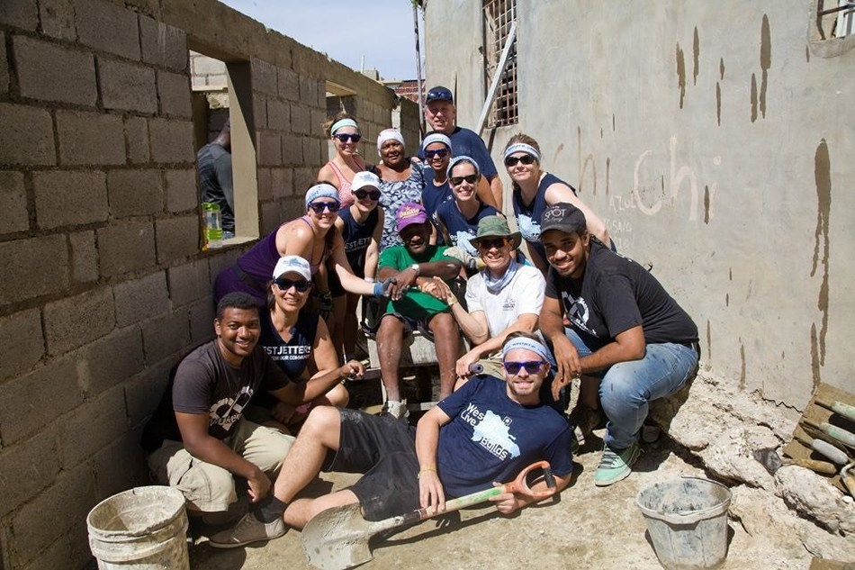 WestJetters in La Union in Puerto Plata, Dominican Republic building one of five new homes (CNW Group/WESTJET, an Alberta Partnership)