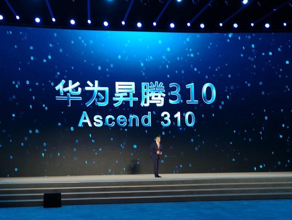 Yan Lida, directeur du conseil d'administration de Huawei et président de Huawei Enterprise Business Group, a présenté Ascend 310 aux participants à la conférence. (PRNewsfoto/Huawei)