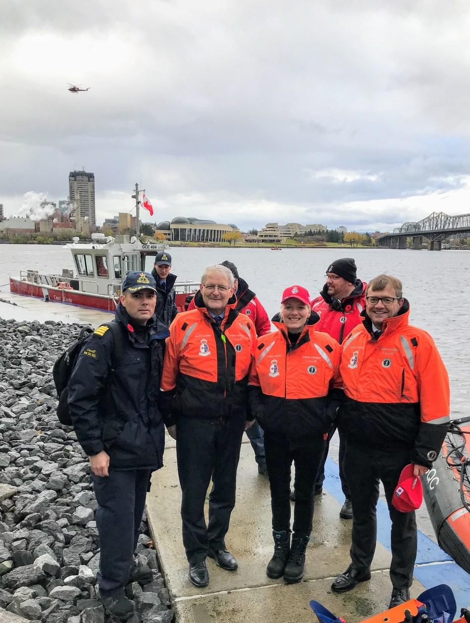 Représentant de la Garde côtière canadienne, les ministres Garneau, Mckenna et Wilkinson (Groupe CNW/Pêches et Océans Canada)