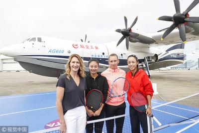 """Steffi Graf, Elise Mertens e Wang Qiang visitaram a Base de Aviação Geral da Indústria de Produção e Pesquisa e Desenvolvimento Geral de Aviões da China (Fonte: VCG)"""" (PRNewsfoto/Organizing Committee of 2018 WT)"""