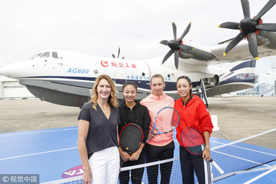 Steffi Graf, Elise Mertens y Wang Qiang visitan la Base de I + D y Fabricación de Aviación General de la China Aviation Industry General Aircraft en Zhuhai (Fuente: VCG) (PRNewsfoto/Organizing Committee of 2018 WT)