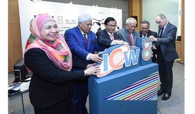 From left Sr Sariah Abd Karib, Senior General Manager Corporate & Business Sector, General Tan Sri Dato Seri Panglima Mohd Azumi (RTD), Co-Chairman of UBM Malaysia, YB Tuan Haji Anuar Mohd Tahir, Deputy Minister of Works, Tan Sri Dr IR Ahmad Tajuddin Ali, Chairman of CIDB Malaysia, Dato' Sri Zohari Bin Haji Akob, Secretary General Ministry of Works and Alun Jones, Country General Manager of UBM (PRNewsfoto/UBM Malaysia)