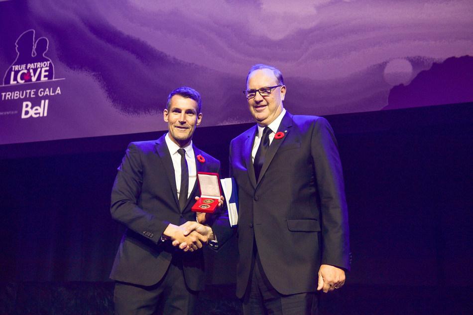 George Cope, président et chef de la direction de BCE et de Bell Canada, reçoit le prix Patriot 2018 de Shaun Francis, président du conseil d'administration de La Patrie gravée sur le cœur (Groupe CNW/La Fondation La Patrie gravée sur le coeur)
