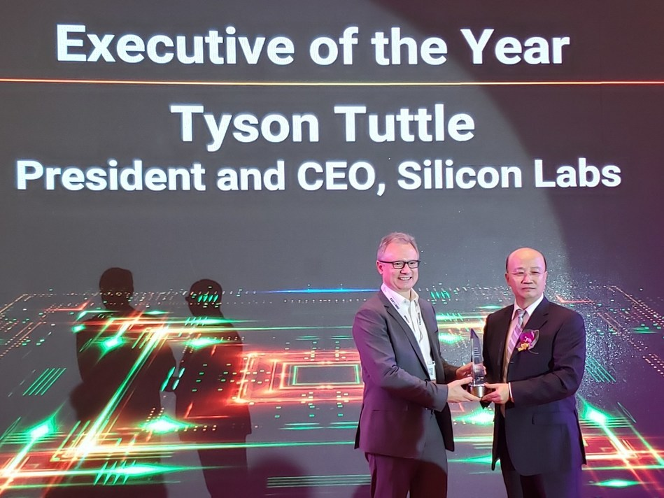 Silicon Labs CEO Tyson Tuttle receives ASPENCORE WEAA Executive of the Year Award. Tyson Tuttle (left) and Yorbe Zhang, Head of ASPENCORE APAC (right).