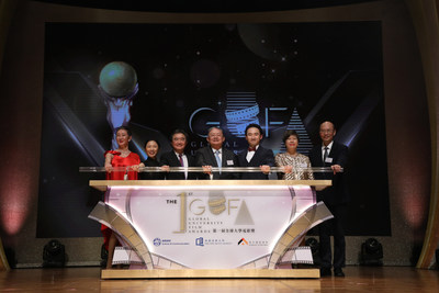 Mr Cheng Yan-kee (centre), Professor Roland Chin (thrid from left) and officiating guests kick off the award presentation ceremony