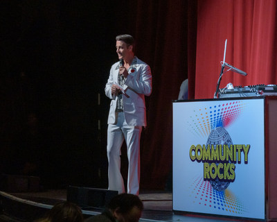 Ben Mulroney up on stage hosting the Community Rocks event. (CNW Group/Community Living Toronto)