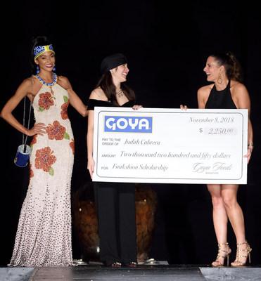 Cynthia Chipi, Directora de Marketing de Goya Foods de Florida entrega a la diseñadora ganadora Judith Cabrera la beca por el diseño más creativo utilizando productos Goya.