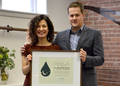 Vice President of Business Development, Andrew O'Born, accepts Canopy's 2018 Blueline Ranking Award from Laura Repas as North America's Most Forest-Friendly Printer. (CNW Group/The Printing House Limited)