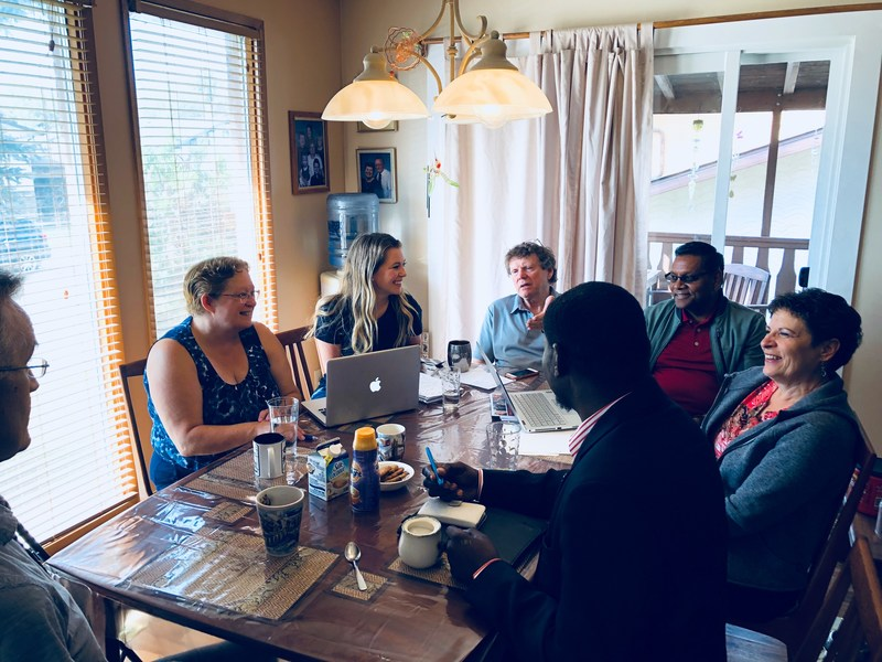 A sponsoring group at the dining room table in Moose Jaw, Saskatchewan (CNW Group/The Refugee Hub)