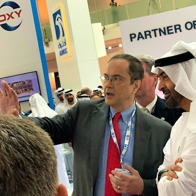 H.H. Sheikh Mohammed bin Zayed Al Nahyan, Crown Prince of Abu Dhabi and Deputy Supreme Commander of the UAE Armed Forces, and NET Power CEO Bill Brown discuss how NET Power can transform the energy industry in the UAE. (PRNewsfoto/NET Power, LLC)