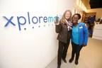 Thinky Grace Ndlovu, associée des ventes chez Xplore Mobile, accueille Lana Daman, la première cliente du réseau de Xplore Mobile, à son magasin situé dans le St. Vital Centre à Winnipeg. (Groupe CNW/Xplore Mobile)