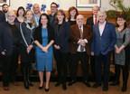 La mairesse de Montréal, Valérie Plante, entourée des partenaires de l'industrie ayant offert leur appui à l'initiative On tourne vert. (Groupe CNW/Québecor)