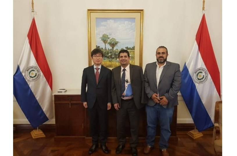 Chairman Choi Yong-Kwan of the Commons Foundation (left), and Vice President Hugo Velazquez Moreno of Paraguay (center) took a picture with Chairman Majed Mohanna of SISAY SOCIEDAD ANONIMA (right)