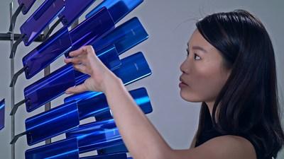 A instalação é composta de, aproximadamente, 2000 peças de vidro reciclado de smartphones da Honor e estreará no H Queen's de Hong Kong em dezembro (PRNewsfoto/Honor)