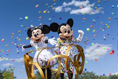 Mickey Mouse y Minnie Mouse lucen nuevos trajes llenos de color para conmemorar 90 años de magia en celebraciones en los Parques de Disney. A partir de enero de 2019 en el Disneyland Resort de Anaheim, California, los visitantes están invitados a Ponerse las Orejas – Una Celebración de Mickey y Minnie. La fiesta especial contará con nuevo entretenimiento y nuevas decoraciones en el parque de Disneyland, además de ofertas por tiempo limitado de comidas y bebidas y artículos festivos en todo el parque. (Disney) (PRNewsfoto/Disneyland Resort)