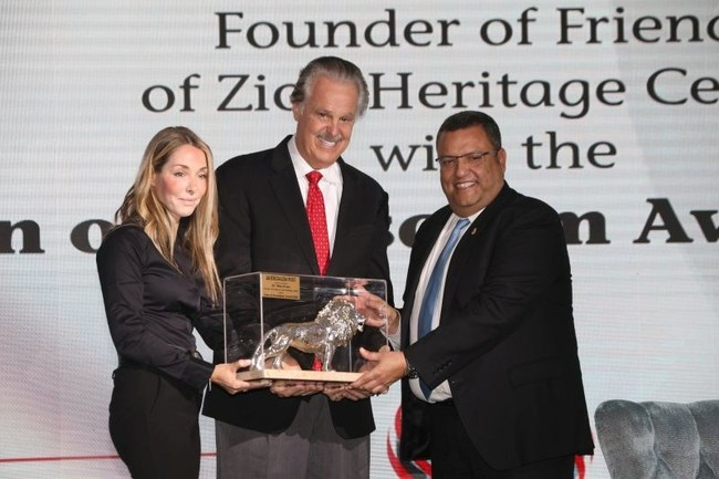 """Moshe Lion the Mayor of Jerusalem and CEO of The Jerusalem Post Ronit Hassin-Hochman awarding Dr. Mike Evans with the """"Lion of Jerusalem"""". (PRNewsfoto/Friends of Zion Museum)"""