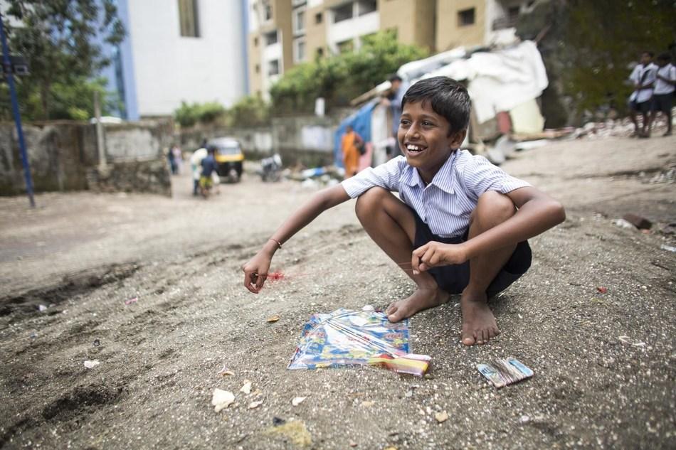 India, September 2013. Young boy plays on the street in Andheri East slum, Mumbai. © UNICEF/UNI155639/Lovell (CNW Group/UNICEF Canada)