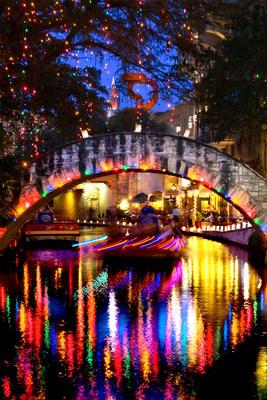 El River Walk de San Antonio se ilumina ?literalmente? durante las fiestas con más de 2,000 luminarias, una linterna tradicional mexicana de Navidad que consiste en una vela colocada en arena dentro de una bolsita de papel. La centenaria tradición tiene lugar este año del 2 al 4, del 9 al 11 y del 16 al 18 de diciembre (PRNewsfoto/Visit San Antonio)