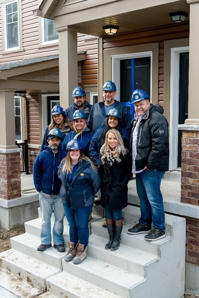 Minto Communities team and homeowner of 1000th home at Kingmeadow in Oshawa (CNW Group/The Minto Group)