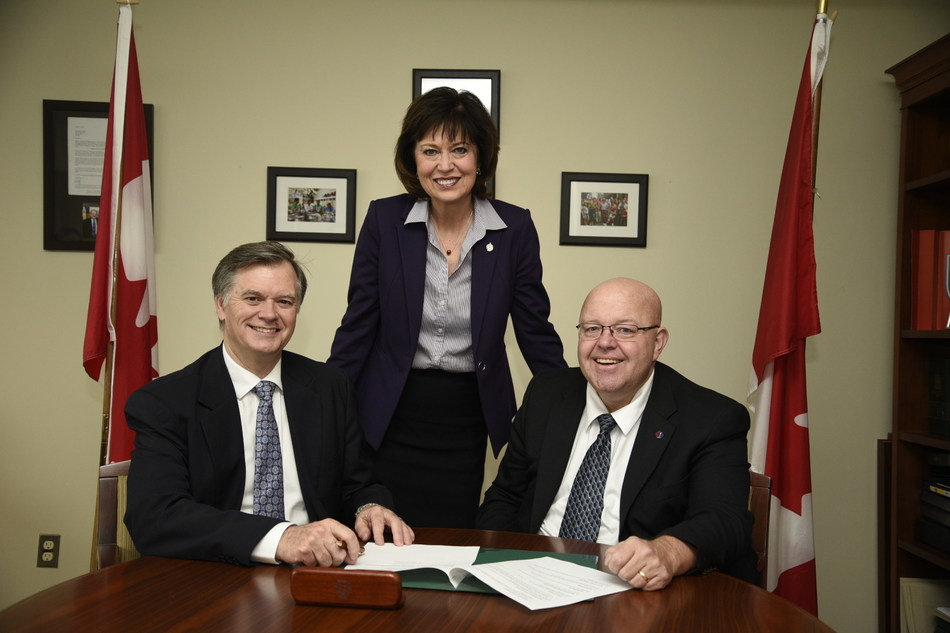 Garth Whyte, President and CEO of Fertilizer Canada and Chris Hood, President of the Paramedic Association of Canada, sign a Memorandum of Cooperation in Pam Damoff, Member of Parliament, office today. (CNW Group/Fertilizer Canada)