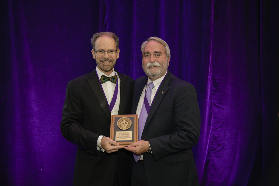 Dr. David Felton (right) receives the Dan Gordon Lifetime Achievement Award from ACP Immediate Past President Dr. Robert M. Taft (left) at the Annual Awards & President's Dinner held during the 48th Annual Session of ACP in Baltimore on Nov. 2.
