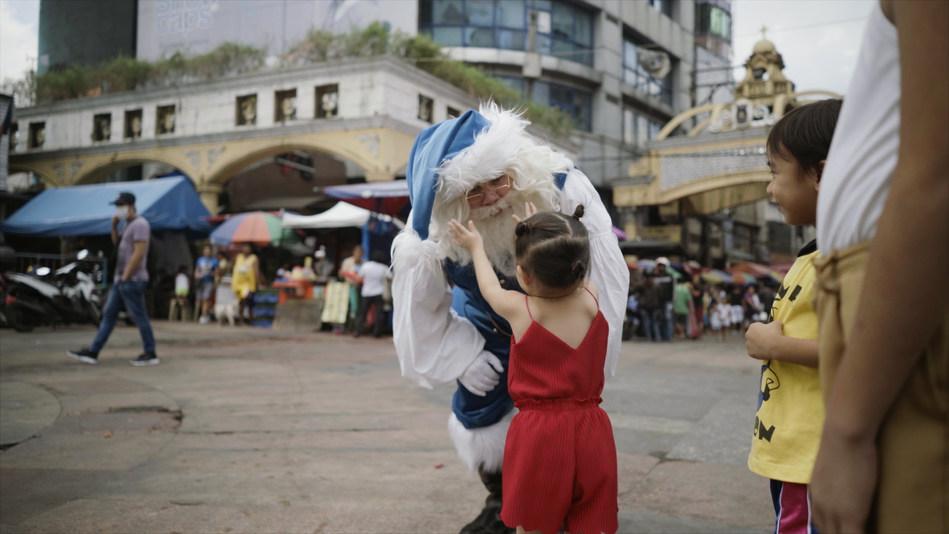 Blue Santa visiting Manila in the Philippines (CNW Group/WESTJET, an Alberta Partnership)