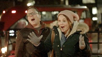 La réaction d'un couple de Grande Prairie qui rencontre des amis australiens à Londres, en Angleterre (Groupe CNW/WESTJET, an Alberta Partnership)