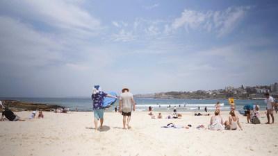 Du surf en Australie à Bondi Beach pour le père Noël bleu (Groupe CNW/WESTJET, an Alberta Partnership)