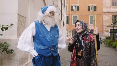 La Befana offre des cadeaux et des friandises aux enfants la veille de l'Épiphanie en compagnie du père Noël bleu, en Italie (Groupe CNW/WESTJET, an Alberta Partnership)
